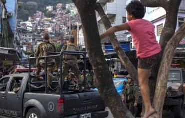 IL TRAFFICANTE DELLA PORTA A FIANCO. Vita quotidiana in Rocinha, la più grande favela di Rio de Janeiro, tra tentativi di pacificazione e scoppi di violenza narcos