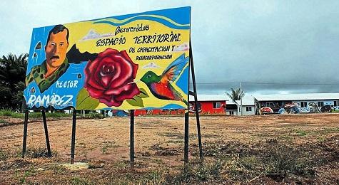VITA QUOTIDIANA NEL PRIMO PAESE SOCIALISTA DELLA COLOMBIA. Lo popolano ex-guerriglieri delle ex-FARC in via di reincorporazione. Ci sono ristoranti e biblioteche.
