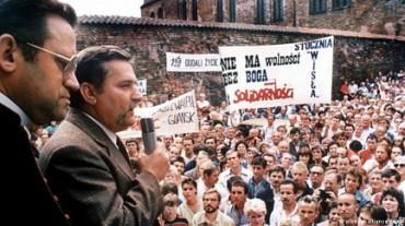 """NÉ CON LA SCIMMIA NÉ CON WALESA. Una rivista cubana commenta l'espulsione dai libri scolastici del leader del sindacato polacco """"Solidarność"""" e prende le parti di Walesa"""
