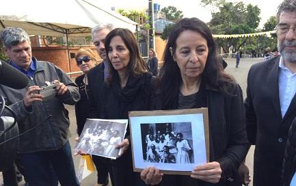 Le figlie di Esther, Ana María e Mabel Careaga Ballestrino, con una fotografia della madre