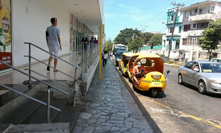 Moto taxi per turisti posteggiati davanti ad un hotel di l'Avana