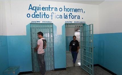 """""""Qui entra l'uomo. Il delitto resta fuori"""", si legge sulla porta della cella"""