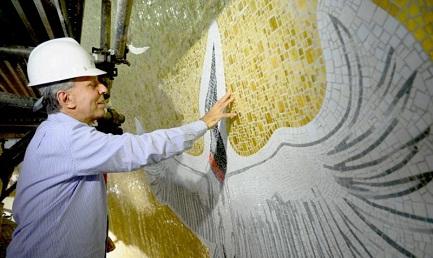 L'artista Cláudio Pastro al lavoro nella cupola che verrà innaugurata l'11 ottobre