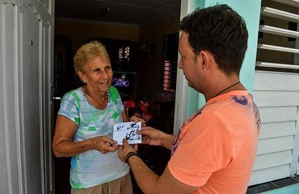 Alien Arcia Sánhez consegna a domicilio l'ultimo programma registrato (Foto Yariel Valdés)