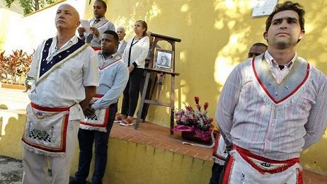 Guardia d'onore di un gruppo di massoni cubani (Foto Ernesto Mastrascusa/EFE)
