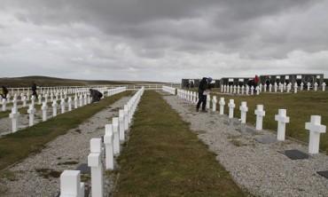 CONOSCIUTI ANCHE AGLI UOMINI. La Croce Rossa Internazionale identifica i resti di ottantotto soldati argentini caduti nel conflitto per le Malvinas del 1982