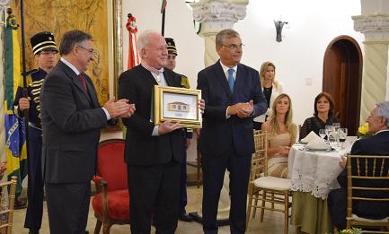 Il premiato arcivescovo dom Wilson Tadeu Jönck tra il governatore di Santa Catarina e il vice