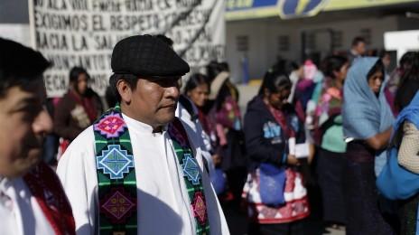 Il sacerdote tsotsil Marcelo Pérez con un gruppo di rifugiati del Chiapas
