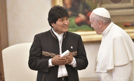 LE GAMBE CORTE DELLE BUGIE DI EVO MORALES. Il Presidente della Bolivia in Vaticano. Ma con lui non si è parlato sulla controversia con il Cile