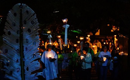"""La processione dei """"farolitos"""" all'interno della UCA con cui ogni anno si ricorda il massacro"""