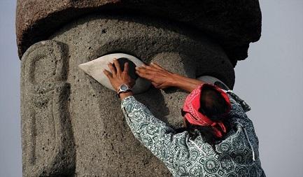 Restauro di un Moai sull'Isola di Pasqua (Foto Getty Images)