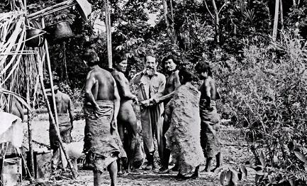 """José Álvarez Fernández, """"Apaktone"""", con un gruppo di indios mashcos"""