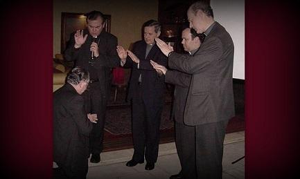 Fernando Karadima (in ginocchio) mentre viene benedetto dai vescovi Valenzuela, Barros - secondo da sinistra a destra - Arteaga e Koljatic nella parrocchia El Bosque