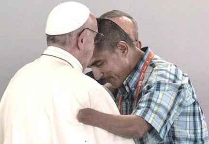 Ex-guerrigliero mutilato saluta il Papa durante il viaggio in Colombia del settembre 2017