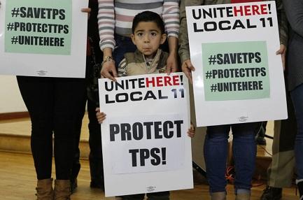 Mateo Barrera, di El Salvador, in una protesta a Los Angeles (Foto AP/Damian Dovarganes)