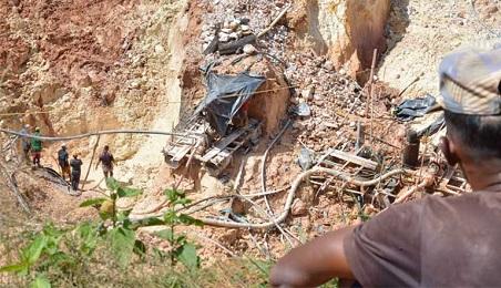 Minatori al lavoro in una miniera illegale (Foto Wilmer González)