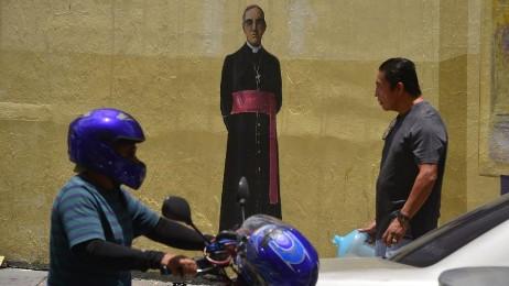 Romero dipinto su di una parete della 2ª Avenida Sur di San Salvador (Foto Menly Cortez)