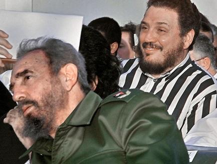 Fidel Castro con alle spalle il figlio Fidel Ángel Castro Díaz-Balart, in una fotografia della CNN