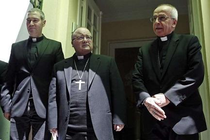 Da sinistra a destra: P. J. Bertomeu, mons. C. Scicluna e il nunzio mons. I Scapolo (Associated Press Photo)