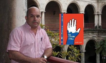 """Orlando Márquez a Cuba, nello storico edificio di l'Avana dedicato a Felix Varela. Di fronte la copertina del libro """"Chiedo la parola"""""""