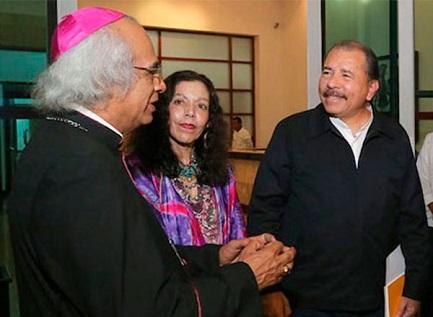 Il cardinal Brenes, Rosario Murillo e il presidente Ortega