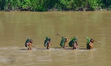 Indios attraversano un fiume (Foto Ministerio de Cultura-Brasile)