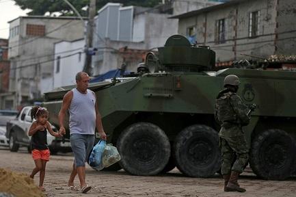 L'ORA DELL'ESERCITO. Il presidente del Brasile Temer manda i militari nelle strade di Rio de Janeiro per frenare la criminalità. Un provvedimento inedito che divide gli specialisti e la Chiesa