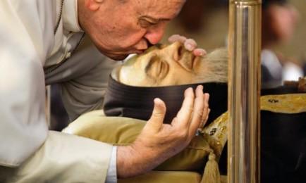 Papa Francesco bacia la salma di padre Pio