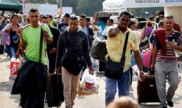 """VALIGIE CHE PARLANO. Sono quelle dei venezuelani che attraversano la frontiera della Colombia, le valigie del """"non so quando ritornerò""""."""
