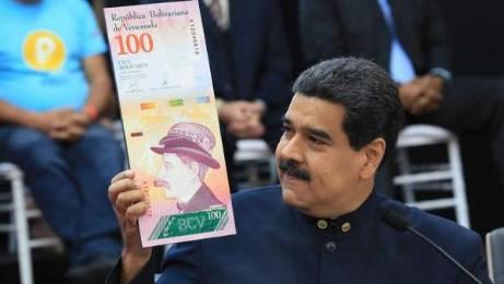 Maduro mostra la moneta venezuelana, il bolivar, con tre zeri in meno (EFE -PRENSA MIRAFLORES)