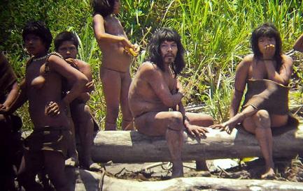 Un gruppo di indigeni Mashco Piro (© Jean-Paul Van Belle)