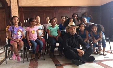 """Franco Nero con bimbi cubani durante il rodaggio di """"Havana Kyrie"""" (Foto RTV Comercial)"""