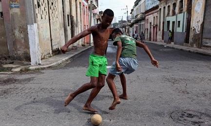 Calcio e calci nelle stradine di l'Avana (Foto WALL STREET JOURNAL)