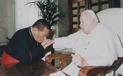 Obando Bravo con Giovanni Paolo II, il papa che lo fece cardinale nel 1985