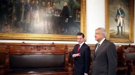 Cambio di mano. L'uscente presidente Peña Nieto, l'entrante Lopez Obrador (in primo piano)