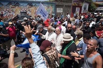 Cardinale e vescovo circondati da squadre sandiniste nella cittadina di Diriamba (Foto Carlos Herreca)