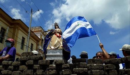 """La popolare """"Virgen de la Asunción"""" del Nicaragua messa su una barricata (LA PRENSA-CINTHYA TORRES)"""