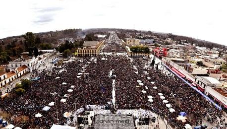 Una vista dall'alto del raduno nella spianata della Basilica di Lujan