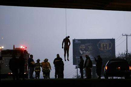 Una scena di violenza abituale: il corpo di un uomo appeso sotto un ponte sulla strada che conduce a Tijuana (Foto AP - Guillermo Arias)