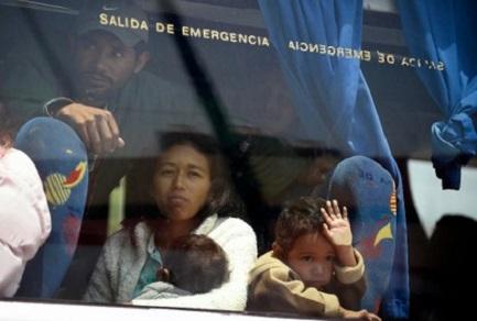 Salvadoregni sull'autobus iniziano il viaggio verso gli Stati Uniti (Foto AP)