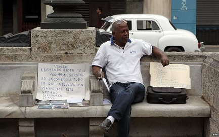 Un agente immobiliare offre case a Cuba
