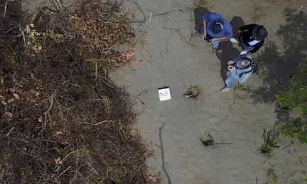 Una fossa clandestina fotografata con un drone