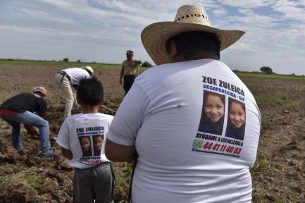 Familiari di scomparsi alla ricerca di tombe clandestine a Navolato, nello stato messicano di Sinaloa (Foto Germán Canseco)