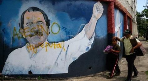Il murale dipinto davanti a un ministero di Managua (Foto Reuters)