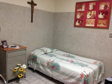 La stanza di Romero con fotografie di Paolo VI sul comodino e alla parete (Foto dell'autore)